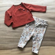 roest shirt met vlekjes legging tafel